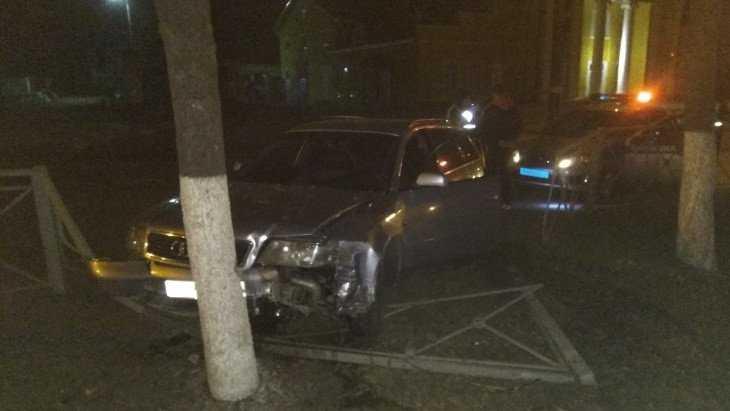 В Брянске водитель Audi врезался в дерево, удирая от гаишников