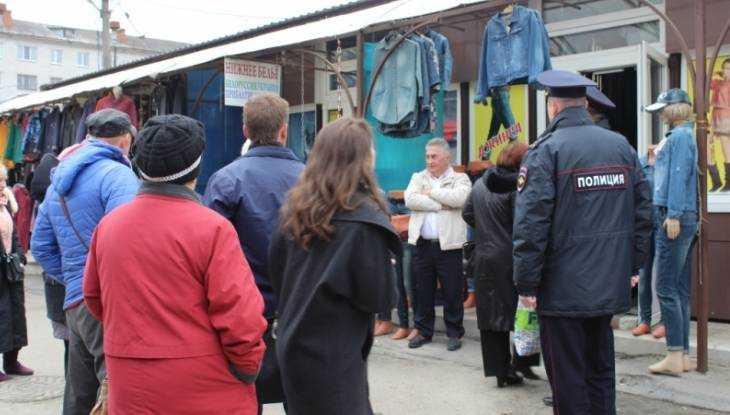 На основном рынке Брянска милиция изъяла поддельные джинсы икроссовки