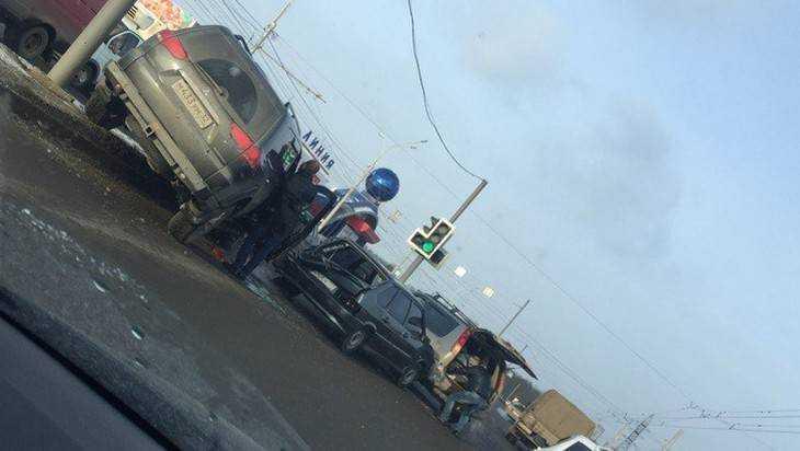 Вмассовом ДТП у«Линии» пострадала шофёр «Ниссана»