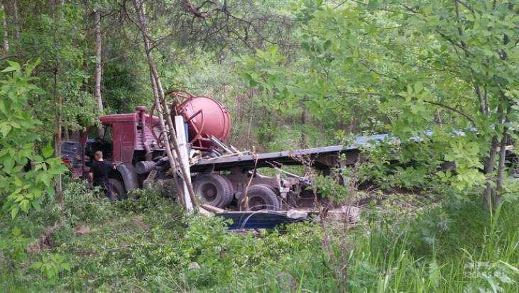 ВБрянске грузовой автомобиль сбил столб ивылетел вкювет