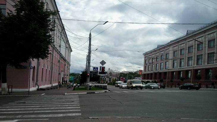 УЦУМа вБрянске 21-летний шофёр Мазда сбил 2-х выпускниц