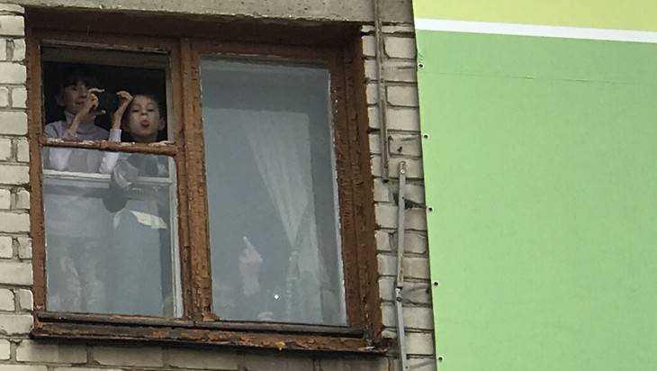 ВНовозыбкове изокна пятиэтажки выпала 25-летняя девушка