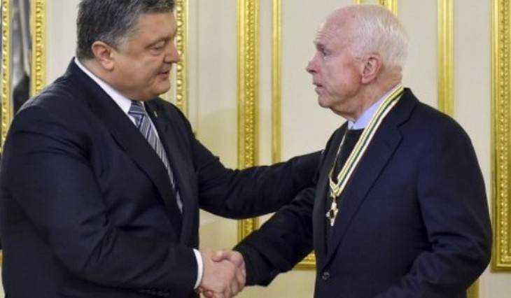 Порошенко наградил Маккейна орденом ипозвал вДонбасс
