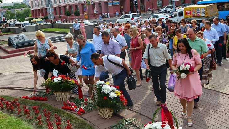 Тютчевский праздник начали с возложения цветов к памятнику поэту в Брянске