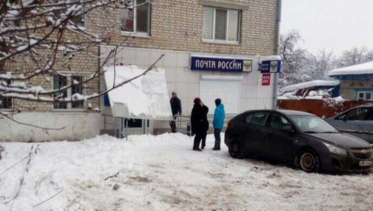 Возле входа в брянское отделение «Почты России» обрушился козырек