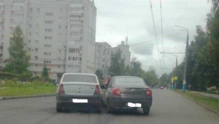 В Брянске попали в ДТП не поделившие дорогу такси