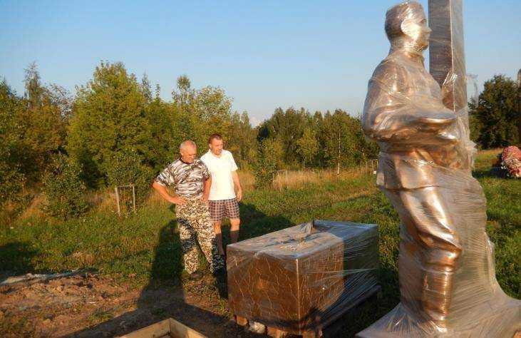Памятник из гранита Севск Ваза. Токовский гранит Ельня