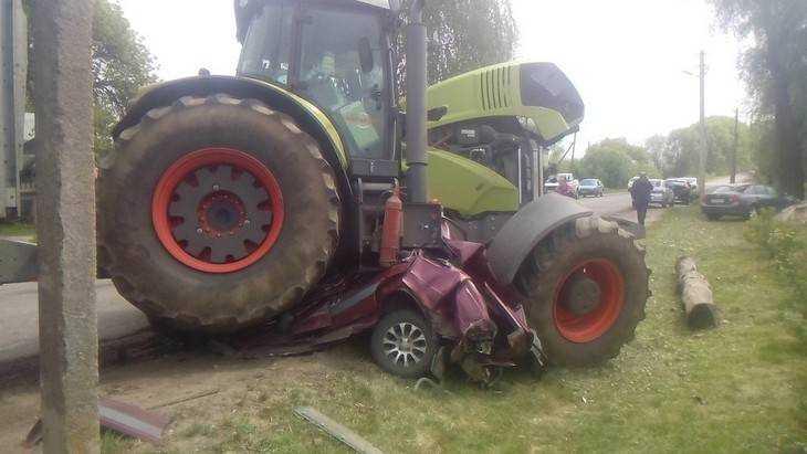 Вбрянской деревне трактор переехал легковую машину ираздавил водителя