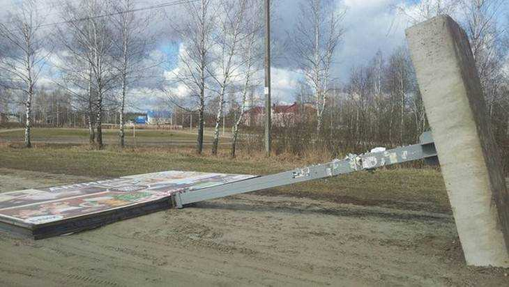 Около брянской школы рухнул семиметровый рекламный щит