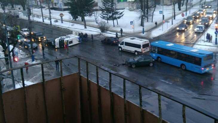 В Брянске машина скорой помощи с пациентом опрокинулась при ДТП