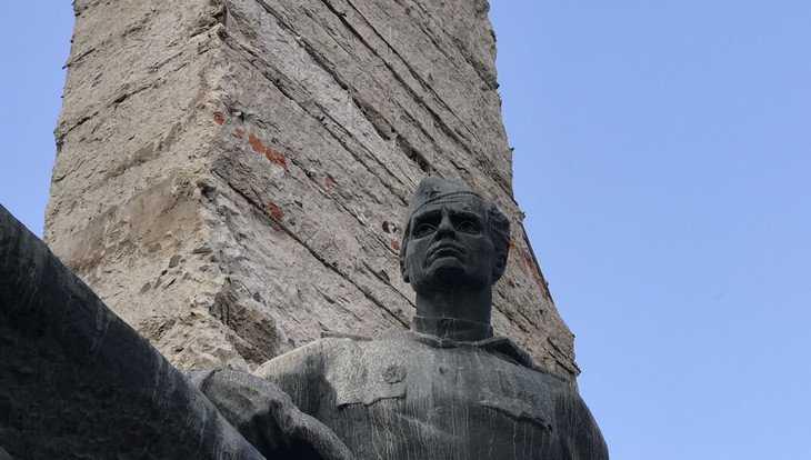 В Брянске развернулись ремонтные работы на памятнике Воинам-водителям