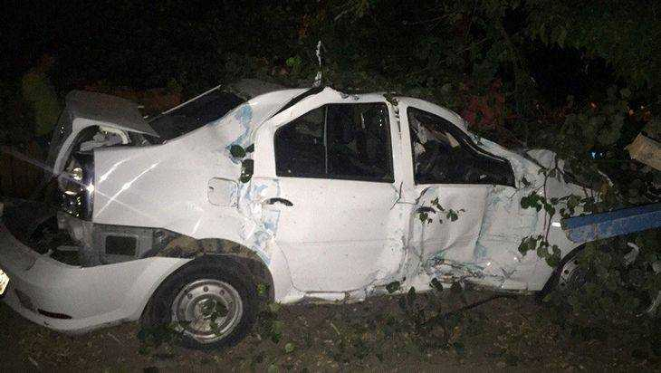 ВБрянске таксист врезался легковую машину ипротаранил каменный забор