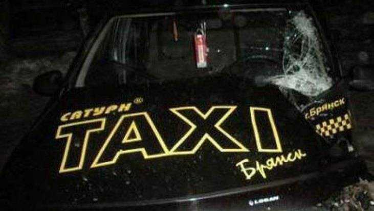 ВБрянске наулице Фокина столкнулись такси «Сатурн» и«Тойота»
