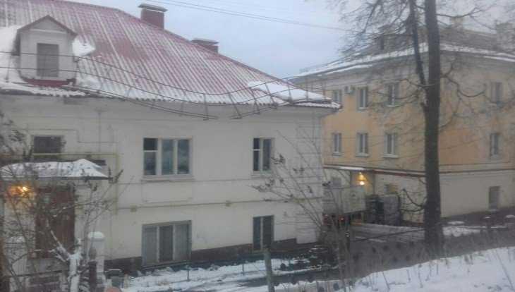 В Брянске на улице Калинина крыша здания может обрушиться на прохожих