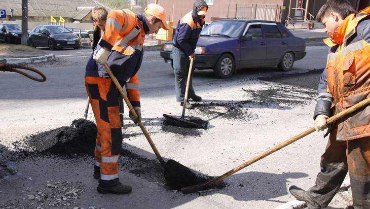 Брянские дорожники занеделю залатали 2,5 тысячи «квадратов» дорог