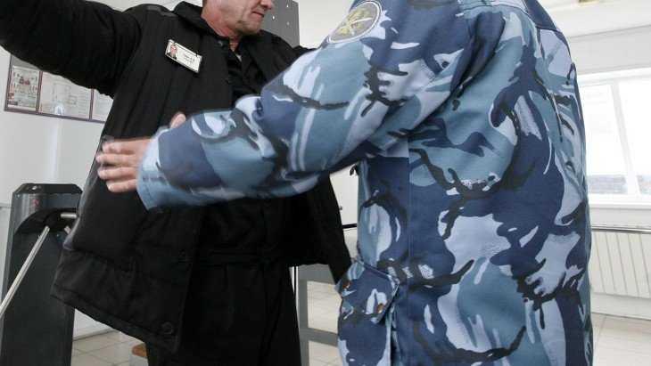 Сотрудник брянской �К-1 получил условный срок за 43 телефона для зэков