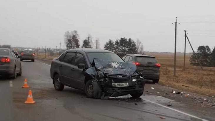 Три человека пострадали встолкновении 2-х авто одной марки под Брянском