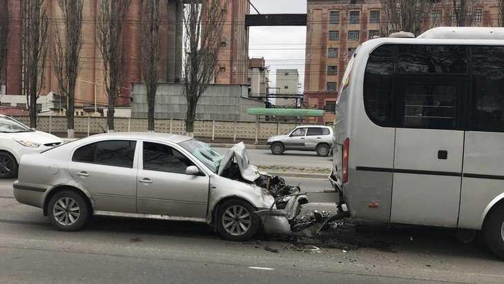В Брянске в автобус с детьми врезался пьяный водитель без прав
