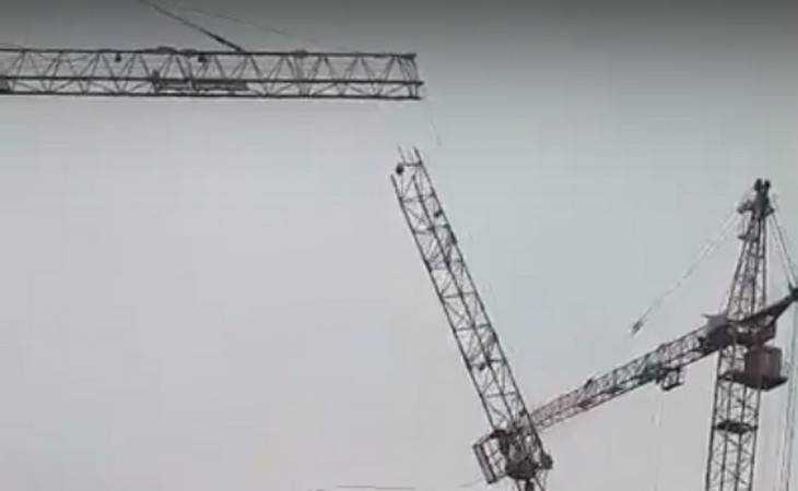 Рядом сдетской площадкой вБрянске рухнул строительный кран