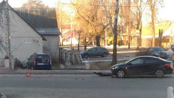 ВБрянске после ДТП машина снесла забор ивъехала вдом