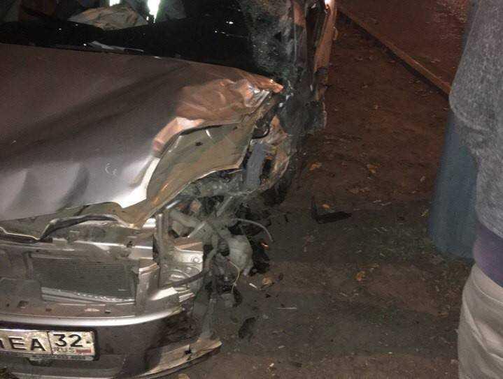 ВБрянске наВолодарке нетрезвый  шофёр  врезался вмаршрутку иостановку