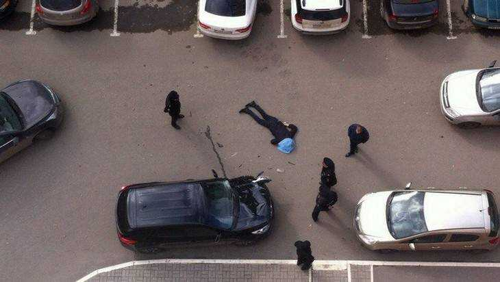 ВБрянске изокна бизнес-центра выпал мужчина и умер
