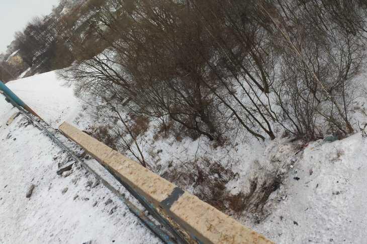Спутепровода вВолодарском районе Брянска слетела иностранная машина