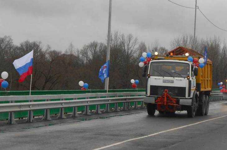 Губернатор перерезал красную ленту наотремонтированном мосту вЖуковке вблизи Брянска