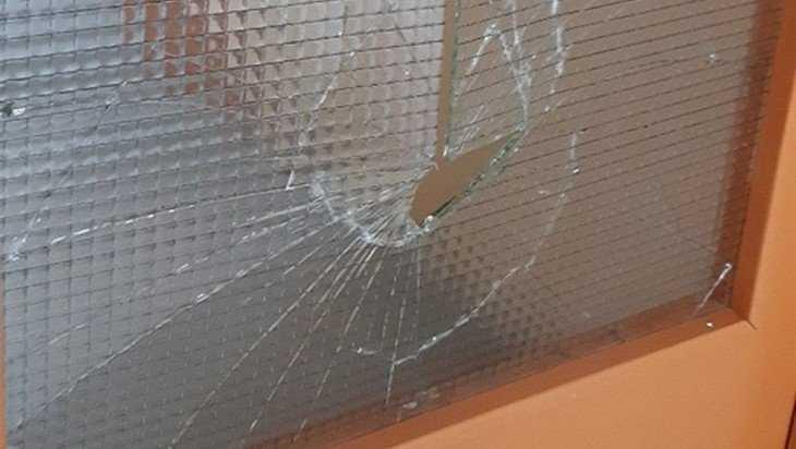 В брянском ЖК «Речной» вандалы разгромили подъезд многоэтажки
