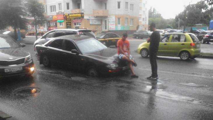 Всамом центре Брянска автомобиль провалился воткрытый люк