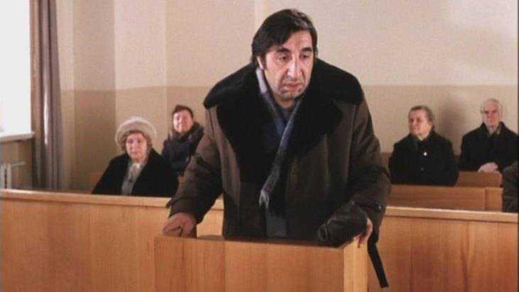 Гражданин Клинцов обматерил конвоира, лежа взале суда