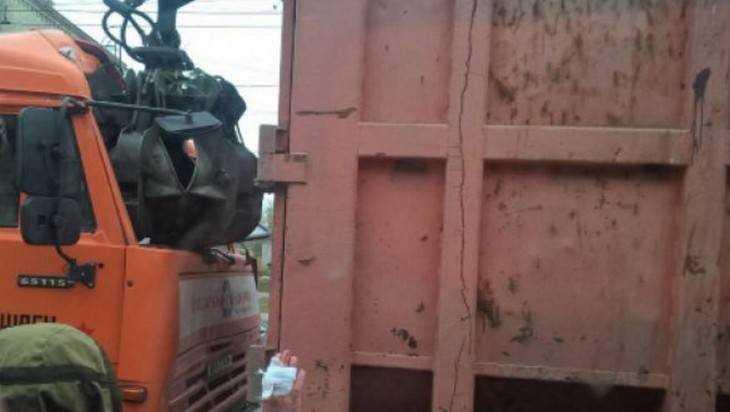 ВБрянске шофёр мусоровоза пробил кабину коллеге