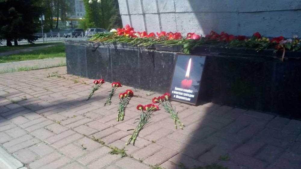 Брянцы принесли цветы к Самолету в память о погибших в Шереметьево