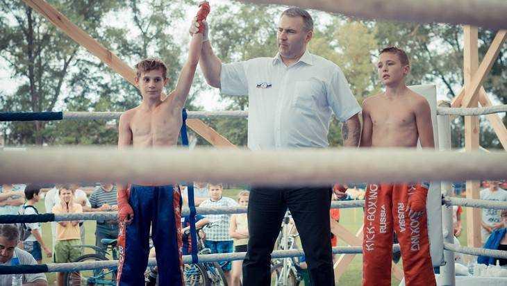 Брянский спортсмен уступил пояс чемпиона покикбоксингу натурнире «Белые волки»