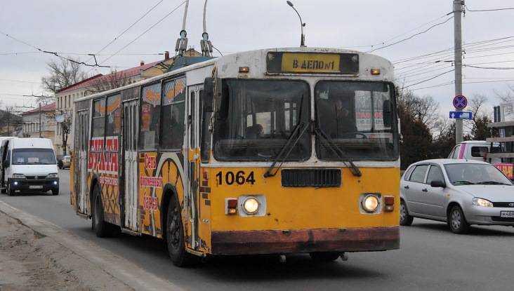 Брянская автоледи протаранила троллейбус №14 исломала нос