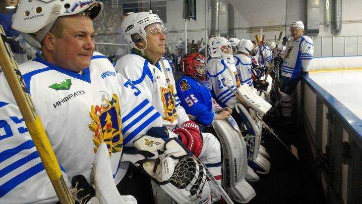 Занимательный хоккейный матч проходит сегодня вЛедовом замке Брянска