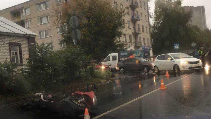 ВБрянске неизвестный автомобилист столкнулся смотоциклистом