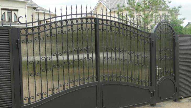 Вбрянской деревне криминальный дуэт похитил железные ворота