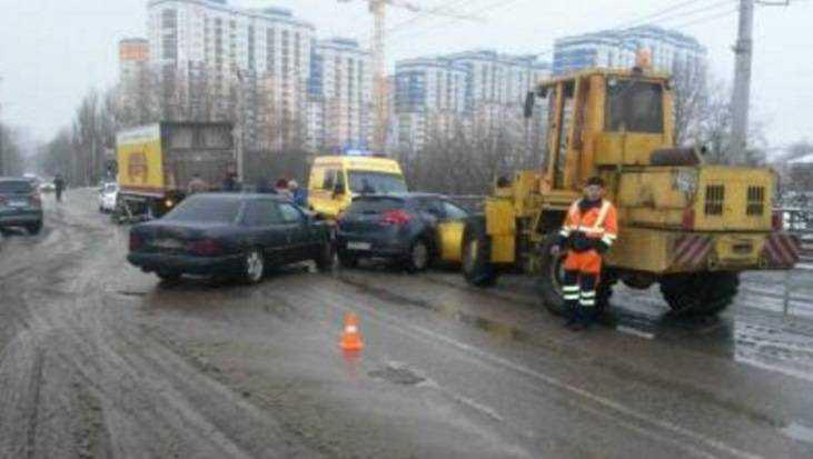 Три человека ранены вмассовом ДТП наОктябрьском мосту вБрянске