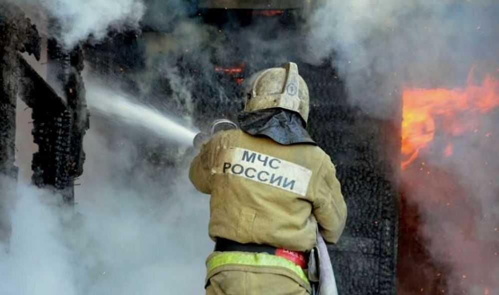 В Брянске ночью потушили горевшие сараи возле церкви