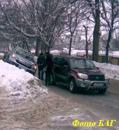 Снег ломает деревья и рвет провода
