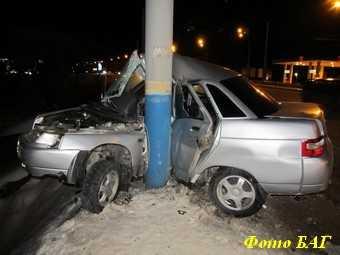 Авария около брянского «Метро»: ВАЗ «обнял» столб