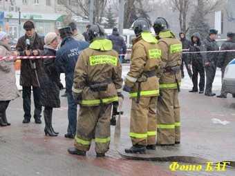 У промоины, куда провались мать и сын, спасатели продолжают работы