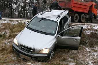 Молодые брянские водители ломают деревья и столбы