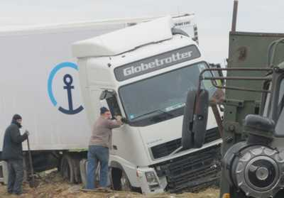 Один водитель автоколонны 1403 сбил другого на скользкой дороге