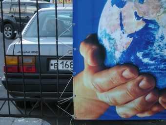 Новозыбковский предприниматель устроил стоянку впритык к дому