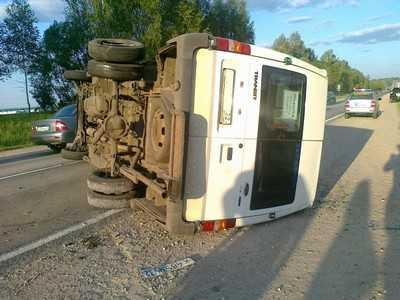 При обгоне брянский водитель протаранил три автомобиля