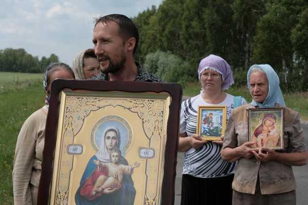 В Локте на обочине дороги Шкода сбила женщину с двумя детьми