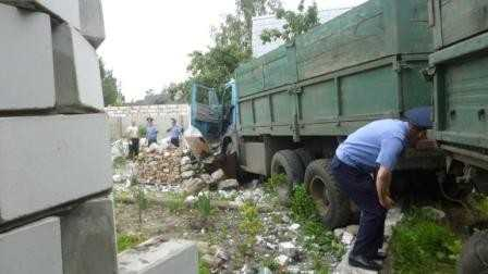КамАЗ пробил забор и заехал во двор частного дома в Брянске