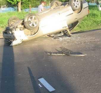 Пьяная пассажирка Ниссана выпала на ходу из автомобиля и сломала ноги